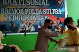 Brimob Polda Sultra memberi sembako kepada mahasiswa UHO Kendari