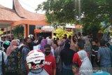 Meski sudah diatur jadwalnya, masyarakat Payakumbuh penerima Bansos Kemensos padati kantor pos