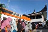Bantuan Sosial Tunai COVID-19 cair, namun pengambilannya memicu kerumunan di kantor Pos Padang, langgar PSBB