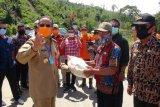 Gubernur Sulteng salurkan beras saat meninjau lokasi banjir