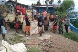 Aparat TNI-Polri di Mamberamo Raya bersinergi angkut barang untuk pandemi COVID-19