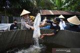 Polresta Pekanbaru salurkan 5 ton beras dan ribuan benih ikan ke masyarakat terdampak Corona