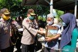 Kapolda Sulteng turun langsung bagi sembako di Palu