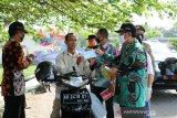 Pemda DIY membagikan masker kepada masyarakat di Pasar Hewan Pengasih