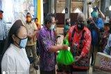 Wagub Papua Klemen Tinal serahkan bansos ke tokoh agama