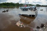 Kapal angkut 80 ton sembako tenggelam di Sungai Siak, warga ramai-ramai berenang lakukan penjarahan