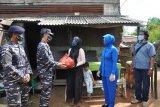 Lanal Karimun sumbang 450 paket sembako untuk warga pesisir