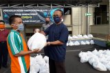 PN Tanjungkarang bagikan 200 paket sembako kepada warga terdampak COVID-19