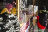 Warga  membeli bantuan paket makanan murah di Waroeng Sidqah, Bandung, Jawa Barat, Jumat (15/5/2020). Paket makanan Nasi dan Ayam lengkap tersebut dijual dengan harga Rp. 3000 sebagai bentuk bakti sosial dan bantuan kepada warga untuk memudahkan warga dalam berbuka puasa di masa pandemi COVID-19 saat ini. ANTARA JABAR/Novrian Arbi/agr