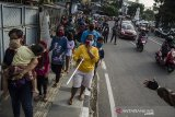 Warga mengantre untuk membeli bantuan paket makanan murah di Waroeng Sidqah, Bandung, Jawa Barat, Jumat (15/5/2020). Paket makanan Nasi dan Ayam lengkap tersebut dijual dengan harga Rp. 3000 sebagai bentuk bakti sosial dan bantuan kepada warga untuk memudahkan warga dalam berbuka puasa di masa pandemi COVID-19 saat ini. ANTARA JABAR/Novrian Arbi/agr