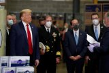 Trump tanpa masker tinjau pusat distribusi masker