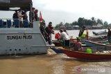Lanal Palembang bagi-bagi takjil dan sembako ke warga terdampak COVID-19