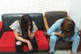 Dua PSK ini tertunduk malu ketika diamankan polisi Jumat dini hari tadi