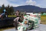 Personel Polres Puncak salurkan beras di delapan distrik