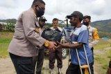 Polisi Tolikara bagikan sembako kepada warga dan tukang ojek