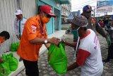 Baznas bagikan 218 paket sembako kepada tukang becak dan pemulung