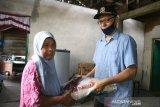 Anggota Dewan Perwakilan Rakyat Kota (DPRK) Banda Aceh, Musriadi Aswad MPd menyerahkan paket sembako kepada warga lanjut usia (lansia) yang terdampak pandemi COVID-19 di Banda Aceh, Aceh, Minggu (17/5/2020). Bantuan ratusan paket sembako dan masker kepada lansia janda dan kaum duafa guna meringankan kebutuhan pokok menjelang hari raya Idul Fitri 1441 Hijriyah. Foto/Humas DPRK Banda Aceh.