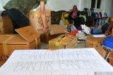 Warga mempersiapkan sejumlah kardus berisi pakaian di Desa Merduati, Banda Aceh, Senin (8/5/2020). Aktivis peduli bencana mengumpul baju dari donasi untuk disalurkan kepada warga korban bencana banjir di kabupaten Aceh Tengah. Antara Aceh/Ampelsa.