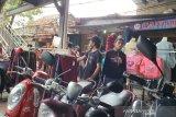 Pasar Tanah Abang tetap ramai sekali meski PSBB
