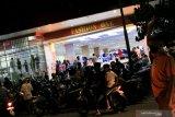 Petugas gabungan mengecek penerapan protokol COVID-19 pertokoan di Mataram