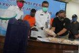 Kepala Badan Narkotika Nasional Provinsi (BNNP) Jawa Timur Brigjen Pol Bambang Priyambadha (kedua kiri) menunjukkan barang bukti dan tersangka saat ungkap kasus peredaran narkotika di BNNP Jawa Timur, Surabaya, Jawa Timur, Senin (18/5/2020). BNNP Jawa Timur menangkap empat tersangka atas kasus dugaan mengedarkan narkotika dan mengamankan sejumlah barang bukti beberapa diantaranya sabu seberat lima kilogram dan sejumlah alat produksi sabu. Antara Jatim/Didik/Zk