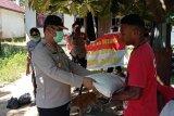 Kapolres Sarmi berikan sembako kepada warga dalam Operasi Binas Kusuma Matoa