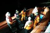 Kapal ikan terbalik diterjang gelombang di perairan  Kupang
