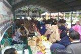Warga Sulteng antre beli gula dan beras di pasar murah Idul Fitri