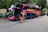 Tanpa surat sehat, 26 kuli bangunan diturunkan dari bus