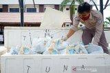 Pegawai Karantina Ikan dan Pengendalian Mutu (SKIPM) Gorontalo menyiapkan paket bantuan ikan di Kota Gorontalo, Gorontalo, Senin (18/5/2020). SKIPM Gorontalo menyalurkan bantuan 1.925 paket ikan segar dan beku bagi masyarakat terdampak COVID-19 seperti pengemudi ojek, buruh, panti asuhan dan petugas kargo dalam rangkaian Bulan Mutu Karantina tahun 2020. (ANTARA FOTO/Adiwinata Solihin)