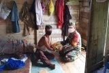 Danramil Lahei bantu kebutuhan pokok warga miskin