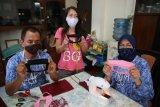 Penyandang disabilitas produksi masker transparan untuk tunarungu