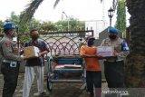 Polres Pekalongan Kota bagikan paket sembako dan masker pada pengayuh becak