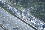 Sejumlah kendaraan memadati ruas jalan di kawasan Semanggi, Jakarta, Selasa (19/5/2020). Meski masa pembatasan sosial berskala besar (PSBB) masih berlangsung, sejumlah warga dengan kendaraannya mulai memadati lalu lintas Ibukota. ANTARA FOTO/Muhammad Adimaja/nym.