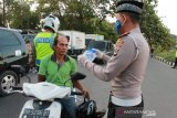 Polisi bagi masker gratis untuk pengendara bermotor di Kupang