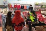 Polwan berikan edukasi protokol kesehatan di pusat perbelanjaan