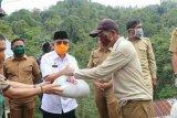 Gubernur Sulbar serahkan bantuan sembako kepada korban longsor di Polman