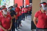 Warga dan karyawan toserba Apollo mengantri giliran rapid tes COVID-19 di mall Apollo, Tulungagung, Jawa Timur, Rabu (20/5/2020). Gugus Tugas Percepatan Penanganan COVID-19 Tulungagung melakukan pemeriksaan kesehatan secara acak menggunakan alat rapid tes COVID-19 di empat titik pusat perbelanjaan, modern dan tradisional di daerah itu, dan hasilnya dari total 290 orang yang diperiksa, empat di antaranya dinyatakan reaktif infeksi sehingga harus menjalani karantina atau isolasi mandiri minimal hingga 14 hari ke depan. Antara Jatim/Destyan Sujarwoko/zk