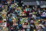 Warga Bandung rela berdesakan di pasar untuk mendapat daging segar