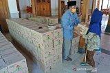 Pemkab bagikan bingkisan bagi buruh gendong di Pasar Boyolali