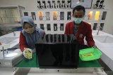 Mahasiswa S1 teknik elektro Universitas Muhammadiyah Surabaya (UMS) Iman Ramadhan (kanan) dan mahasiswi D3 teknik laboratorium medik UMS Putri Widianingrum menunjukkan cara kerja inovasi alat sterilisasi barang belanjaan