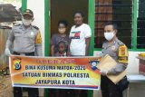 Polresta Jayapura Kota bagikan sembako dalam Operasi Bina Kusuma