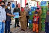 Warga kurang mampu terima bingkisan ramadhan dari DSLNG