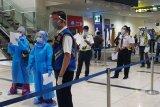 Tiba dari Malaysia, 83 WNI diperiksa secara ketat di Bandara Kualanamu hingga diwajibkan rapid test
