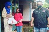 PDIP Garut ajak aktris Preman Pensiun bagikan bantuan sembako kepada ibu jompo