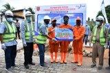 Bank Nagari Lubukbasung salurkan bantuan bagi petugas kebersihan