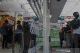 Warga mengantre untuk berbelanja pakaian di kawasan Pusat Distributor Outlet (Distro) di Kota Bandung, Jawa Barat, Jumat (22/5/2020). Sejumlah Distro di Kota Bandung menerapkan antrean dan bergantian masuk guna memenuhi kebutuhan masyarakat khususnya remaja dalam berbelanja pakaian Lebaran saat masa PSBB pandemi COVID-19. ANTARA JABAR/Novrian Arbi/agr
