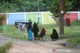 Sejumlah Orang Tanpa Gejala (OTG) terkonfirmasi positif COVID-19 beraktivitas di kawasan gedung Karantina Khusus Ambulung, Banjarbaru, Kalimantan Selatan, Jumat (22/5/2020). Gedung Diklat Ambulung yang telah disiapkan Pemerintah Provinsi Kalimantan Selatan tersebut telah menerima 68 orang terkonfirmasi COVID-19 serta sebanyak 14 orang dinyatakan sembuh setelah menjalani perawatan dan tes swab Real Time-Polymerase Chain Reaction (RT-PCR) sebanyak dua kali. Foto Antaranews Kalsel/Bayu Pratama S.
