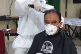 Anggota IDI Makassar gelar cukur dengan protap COVID-19