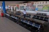 Petugas terminal memantau kondisi ruang tunggu yang sepi aktivitas di Terminal Tipe A Mengwi, Badung, Bali, Jumat (22/5/2020). Terminal terbesar di Bali tersebut tidak beroperasi menjelang Idul Fitri 1441 H sehingga tidak ada aktivitas bus AKAP maupun pemudik di kawasan itu karena masa pandemi COVID-19. ANTARA FOTO/Nyoman Hendra Wibowo/nym.